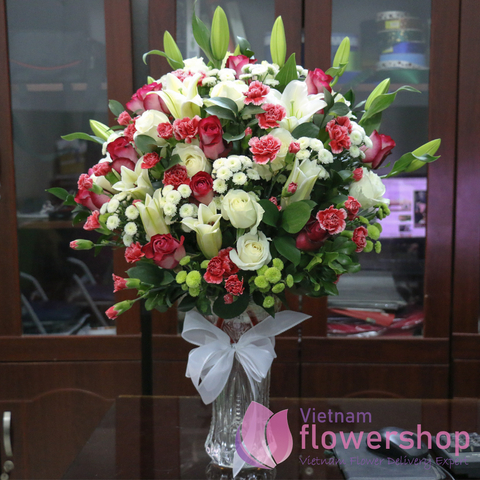 Buying flowers in vase at Vietnam Flower Shop