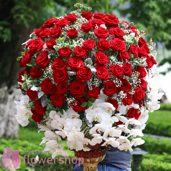 Flowers with red roses delivery to Vietnam